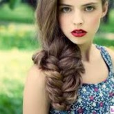 Объемная коса достигается за счет растрепанного эффекта