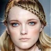 Двойная коса по бокам создаст оригинальный облик