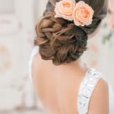 Две бледно-розовые розы придают нежный свадебный образ