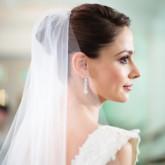 Свадебная прическа с классическим пучком и фатой