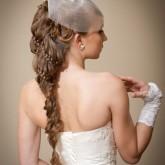 Изящная свадебная прическа с оригинальной косой