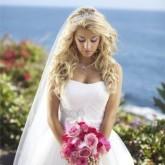Восхитительная свадебная прическа с диадемой и фатой
