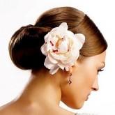 Изящный низкий пучок дополнен восхитительным цветком