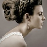 Чарующая высокая свадебная прическа изящно дополняется плетением и объемом