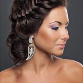 Красивая свадебная прическа с классической косой, пущенной поверх головы