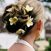 Легкий и летний вариант свадебной прически с цветами