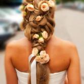 Косы с живыми цветами невероятно актуальны для свадьбы