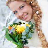 Элегантная коса с небольшими вркаплениями создаст чарующий свадебный образ