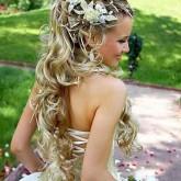 Восхитительная свадебная прическа с накладными прядями и цветами