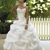 Высокая прическа - идеальный вариант для пышного платья