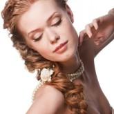 Изящная коса из локонов придаст любой невесте грацию и красоту