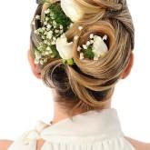 Элегантные белые лилии великолепно смотрятся в завитках волос