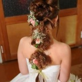 Объемная коса на свадьбу особенно изящная в сочетании с цветами