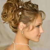 Прекрасная свадебная прическа с собранными сверху локонами