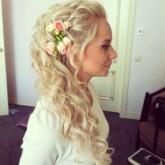 Романтичная свадебная прическа с цветами