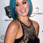 Кэтти Пэрри с необычным цветом волос и изящной стрижкой
