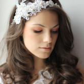 Свадебная прическа с распущенными волосами и ободком