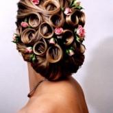 Удивительная комбинация живых цветов и закрученных спиралей из волос