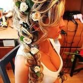 Восхитительная классическая коса с нежными цветами - основа женственного образа