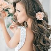 Элегантные распущенные волнами волосы с цветком