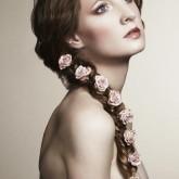 Неотразимое плетение косы на свадьбу с нежными цветами