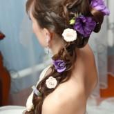 Изящная коса набок дополнена восхитительными цветами