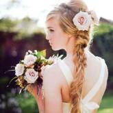Объемная коса отлично выглядит в сочетании с крупным цветком