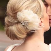 Низкий свадебный пучок с изящным цветком