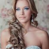 Изящные волнистые волосы с прямым пробором