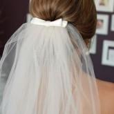 Объемный пучок на свадьбу с превосходной фатой и бантом