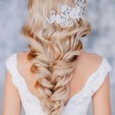 Оригинальное плетение косы, которое закрепляется только легкими волнами из прядей