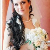 Превосходная прическа для невесты с фатой и локонами