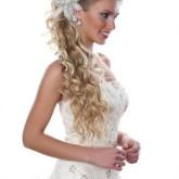 Элегантная прическа на свадьбу уложена набок