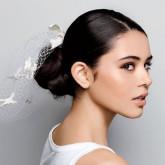 Волосы, собранные в низкий пучок, выглядят особенно женственно