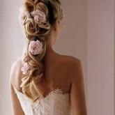 Свадебные прически с цветами придают особую романтичность образу