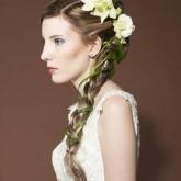 Свадебная прическа может быть украшена не только цветами, но и зелеными лепестками