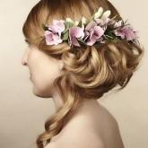 Изящная свадебная прическа с живыми цветами