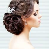 Восхитительная прическа сочетающая в себе элегантную косу и шикарный объем из локонов