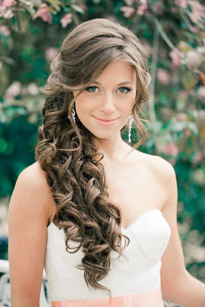 Прическа на бок с длинными волосами