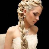 Красивая коса с яркими камнями выглядит изящно и элегантно