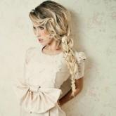 Стильная французская коса набок может стать отличным элементом свадебного образа