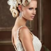 Изящная высокая свадебная прическа с легким элементом плетения