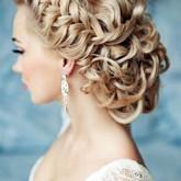 Элегантная прическа на свадьбу со сложным плетением из локонов