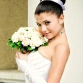 Высокий объемный свадебный пучок с атласной лентой