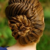 Коса-ракушка может стать идельным дополнением к вашему свадебному облику