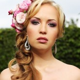 Яркие розы — великолепный акцент в свадебном образе