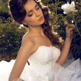 Свадебная прическа с распущенными волосами, уложенными набок