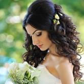 Восхитительная свадебная прическа с начесом и кудрями