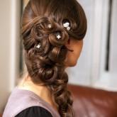Бесподобное плетение косы набок украшается изящными жемчужинками