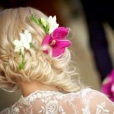 Придать романтичный и женственный вид свадебной прическе помогут аксессуары из цветов